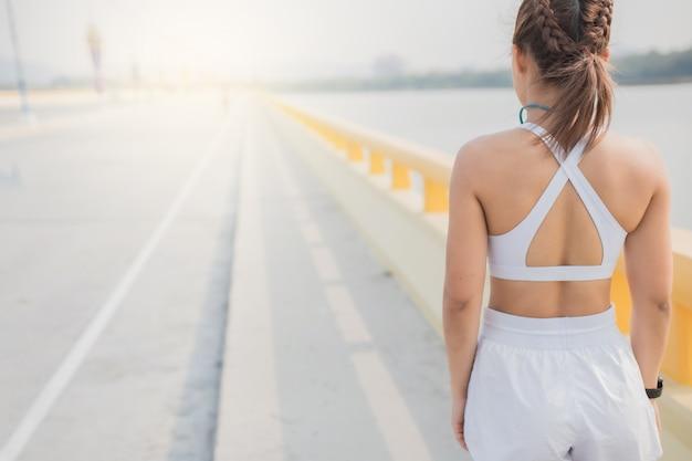 Kobiety biegacze jogging bieganie cardio trening wytrzymałościowy zwolnione tempo śledzenie z bliska dla maratonu ruch ruch trening trening ćwiczenie zdrowe na drodze rekreacja sportowa