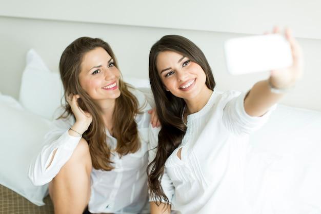 Kobiety biorące selfie