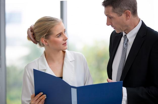 Kobiety biznesu dyskusji z kierownikiem w biurze