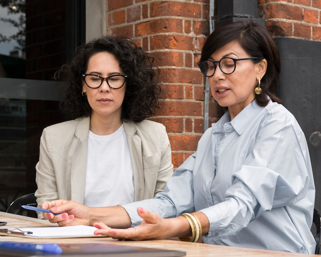 Kobiety biznesu planujące projekt na zewnątrz