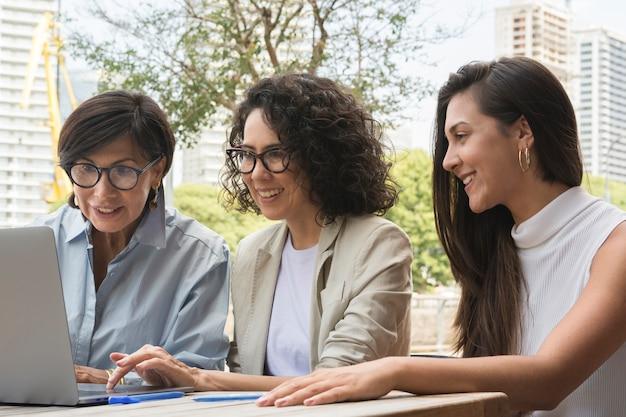 Kobiety biznesu pracujące na zewnątrz