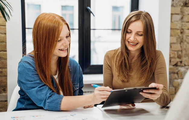 Kobiety biznesu pracujące nad nowym projektem
