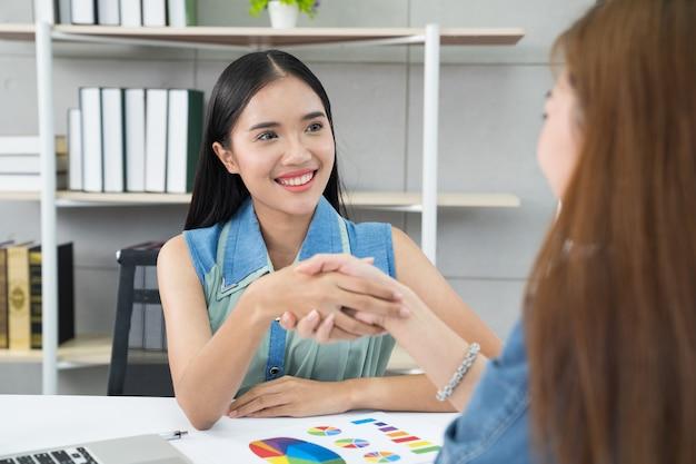 Kobiety biznesu, ściskając ręce