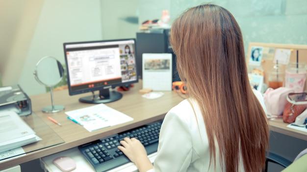 Kobiety biznesu używają komputera do spotkań online.