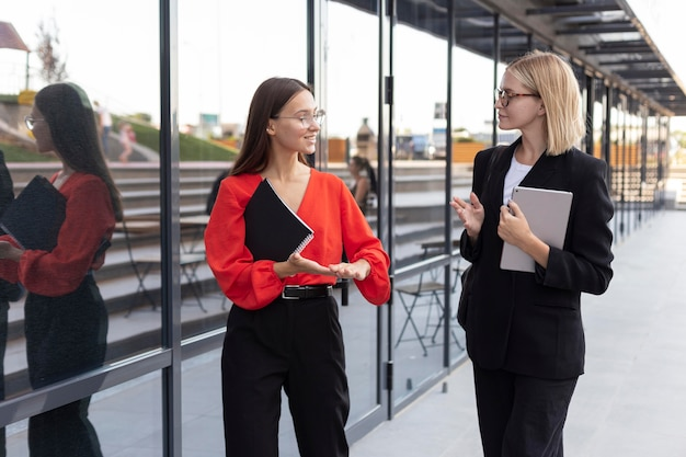 Kobiety biznesu używające języka migowego na zewnątrz