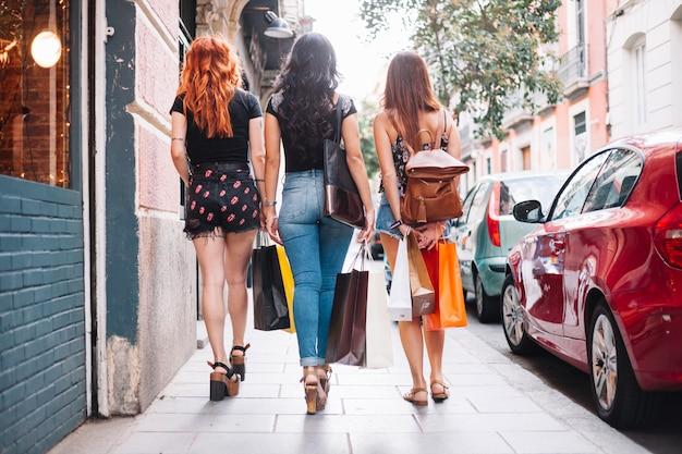 Kobiety chodzące po ulicy po zakupach