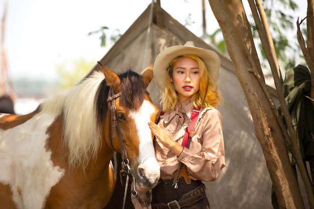 Kobiety cowgirl dotykając na sierść konia na zewnątrz