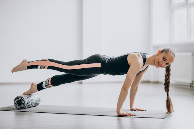 Kobiety ćwiczy joga na macie