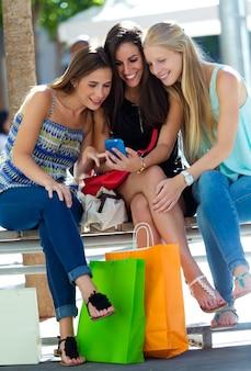 Kobiety czyniąc selfie siedzi na ławce