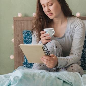 Kobiety czytanie podczas gdy w łóżku