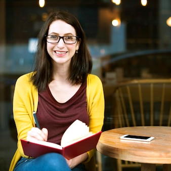 Kobiety czytelniczy studiowanie wyzdrowienia cukierniany restauracyjny pojęcie