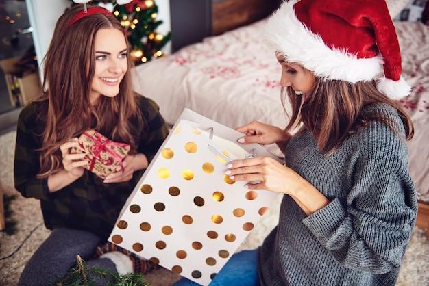 Kobiety dają sobie nawzajem prezent gwiazdkowy