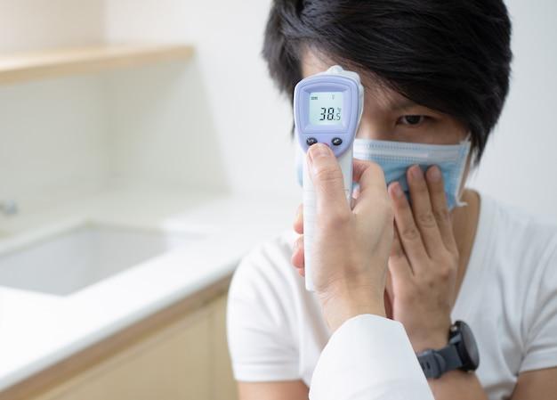 Kobiety doktorski mienie medyczny infrared czoło termometr sprawdza ciało temperaturę