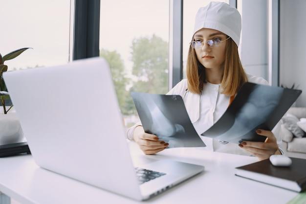 Kobiety doktorski nagrywa vlog wideo o medicin