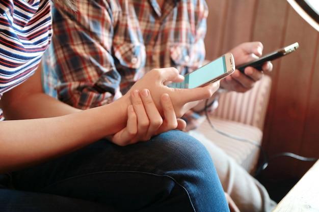 Kobiety, dotykając ekranu i człowiek pisania laptopa na stół z drewna