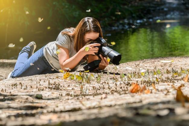 Kobiety-fotografowie robią zdjęcia butterfly