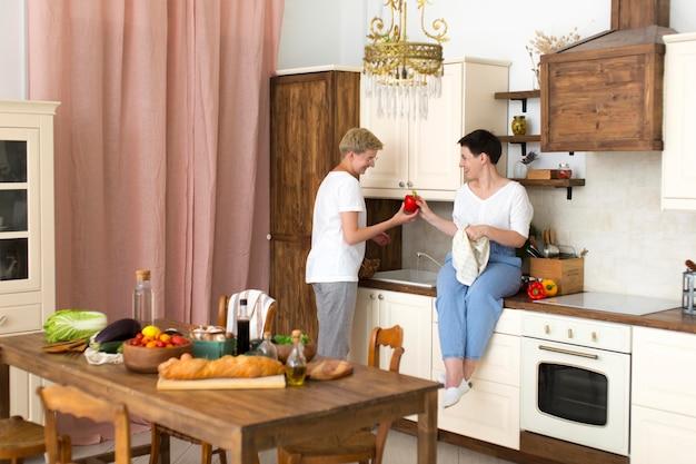 Kobiety gotują z różnymi składnikami