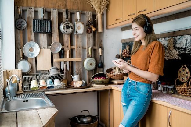 Kobiety grają w kuchni na tabletach.