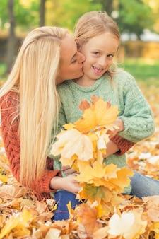Kobiety i dziewczyny mienia jesieni żółci liście