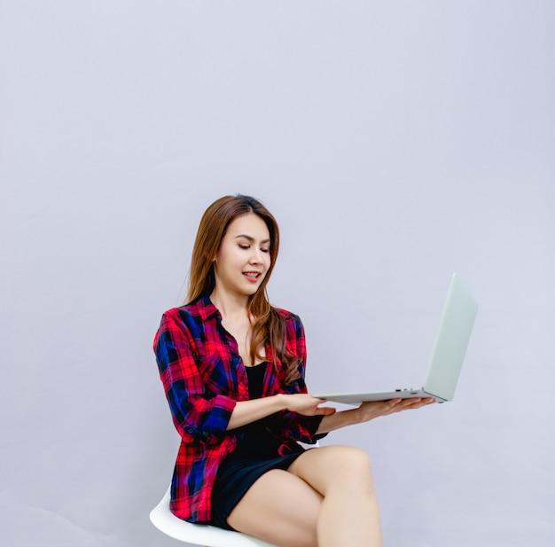 Kobiety i laptopy siedzą szczęśliwie w pracy koncepcja prowadzenia sprawnego biznesu.