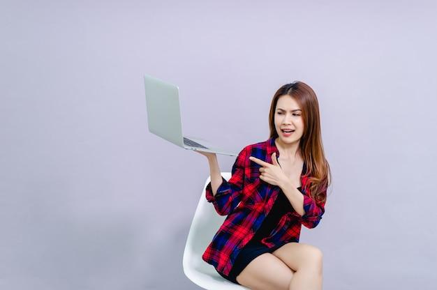Kobiety i laptopy siedzą szczęśliwie w pracy