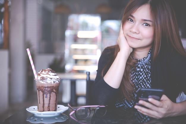Kobiety i letnie napoje orzeźwiające. schłodzone mrożone kakao czekoladowe.