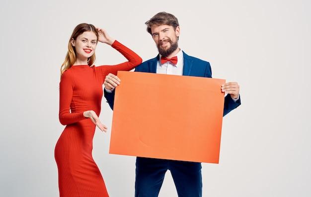 Kobiety i mężczyźni na lekkich gestach rękami reklamują garnitur.