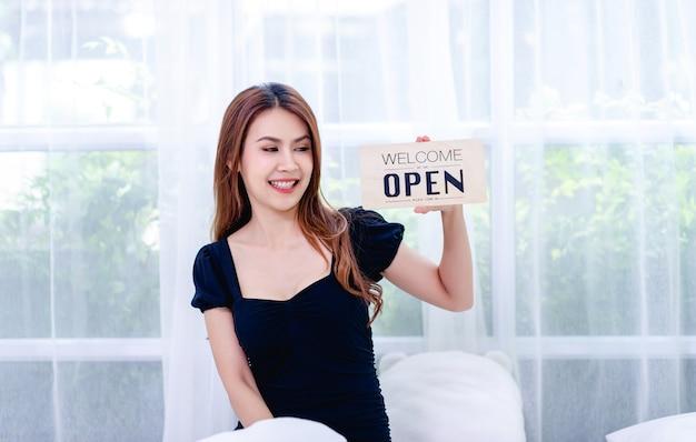 Kobiety i znaki zamknięcia sklepu koncepcja zamknięcia i anulowania działalności