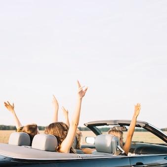 Kobiety jadące samochodem