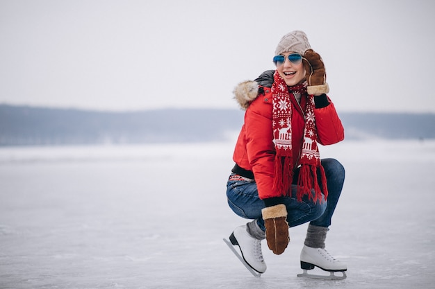 Kobiety jazda na łyżwach przy jeziorem