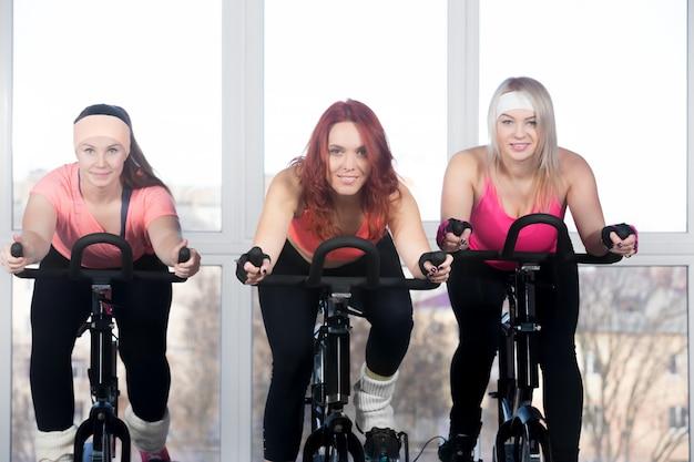 Kobiety jazdy w rowerach
