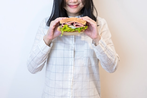 Kobiety jedzą kanapkę