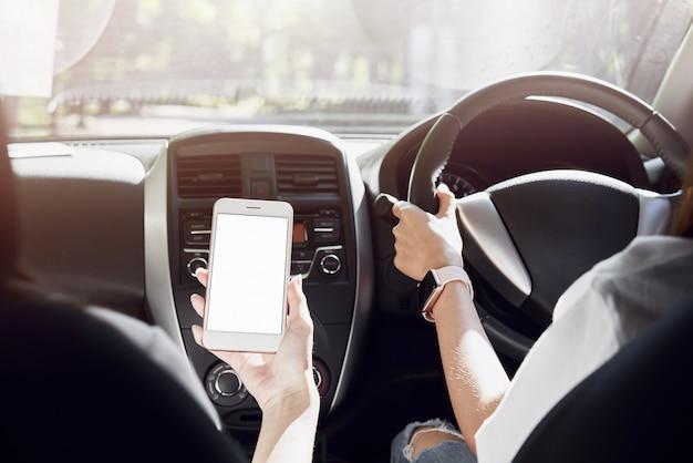 Kobiety jeżdżą samochodem. widok z tyłu może wyglądać z przodu w tym samym widoku co sterownik.