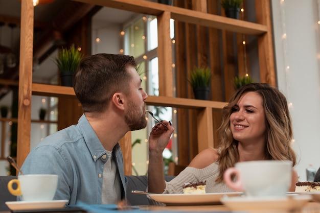 Kobiety karmienia mężczyzna przy restauracją