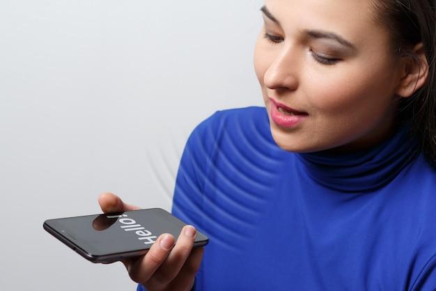 Kobiety korzystanie z funkcji rozpoznawania głosu, smartfony