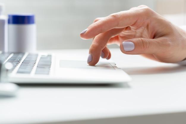Kobiety lekarka pisze w laptopie