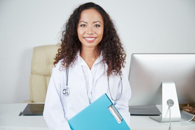 Kobiety lekarka przy jej biurem