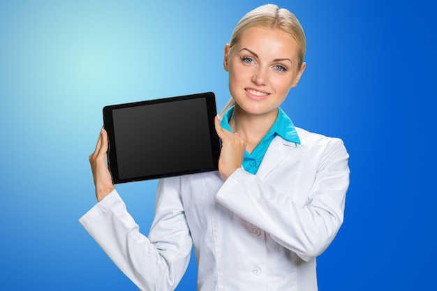 Kobiety lekarka używa jej cyfrową pastylkę