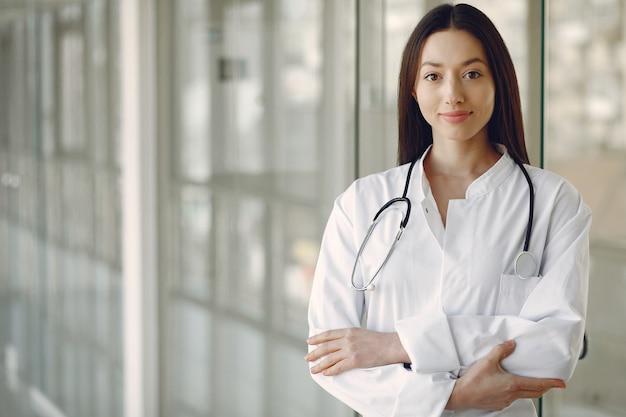 Kobiety lekarka w białej jednolitej pozyci w sala