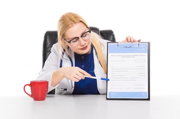 Kobiety lekarka w białym żakiecie ze schowkiem