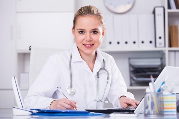 Kobiety lekarka w medycznym biurze
