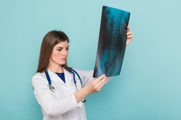 Kobiety lekarka w szkłach z promieniowaniem rentgenowskim