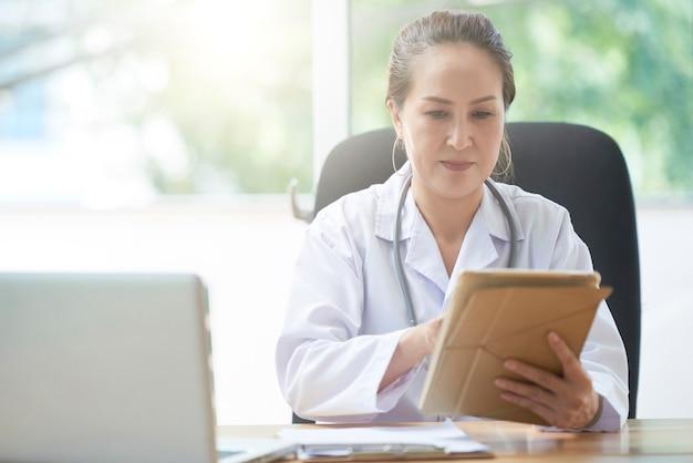 Kobiety lekarka z cyfrową pastylką