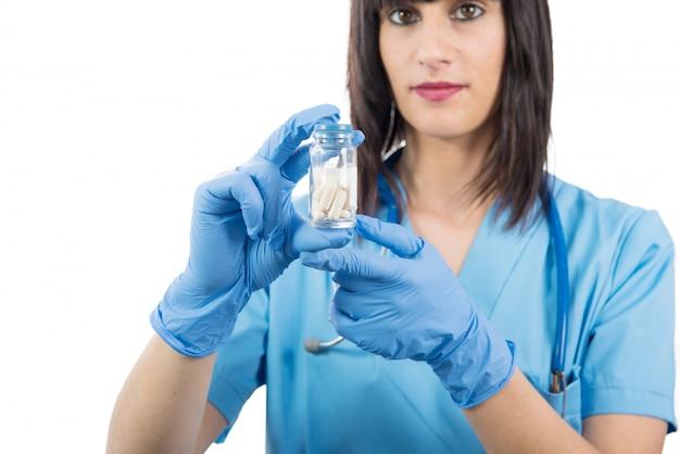 Kobiety lekarka z pigułkami w ręce