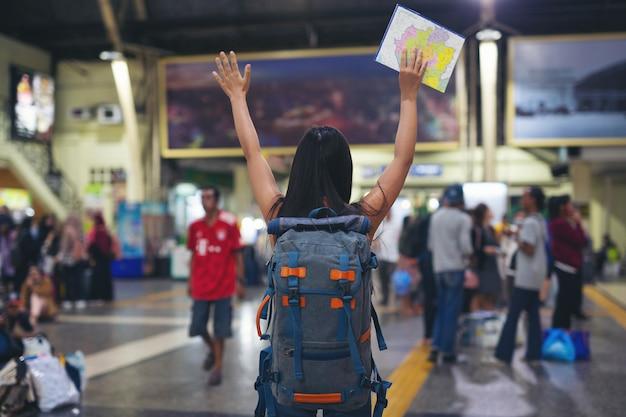 Kobiety lubią podróżować na mapie do dworca kolejowego.