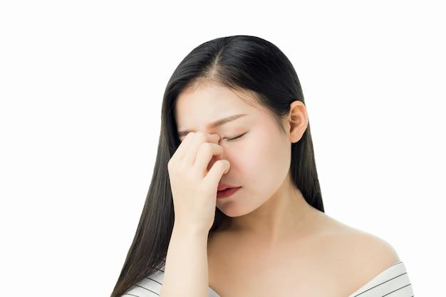 Kobiety macania głowa pokazywać jej migrenę. przyczyny mogą być spowodowane stresem lub migreną.
