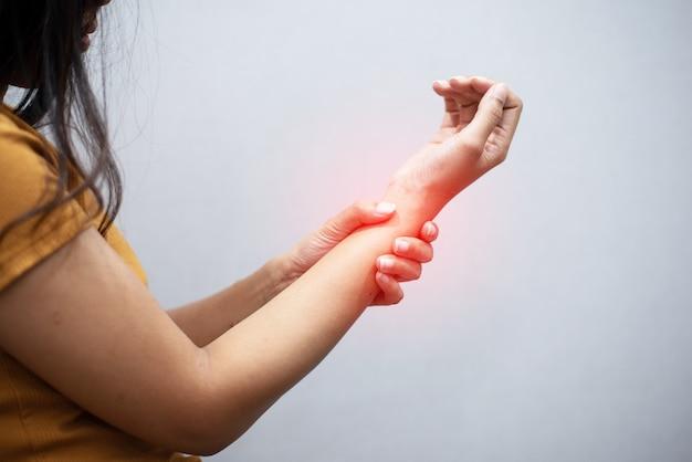 Kobiety mają ból nadgarstka