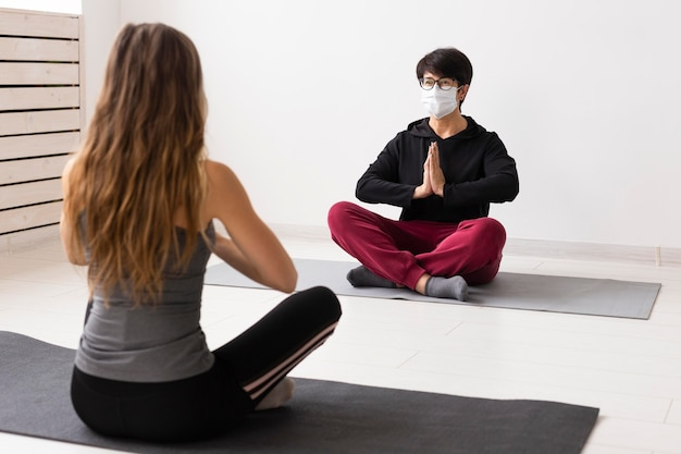 Kobiety medytujące z maską na twarzy