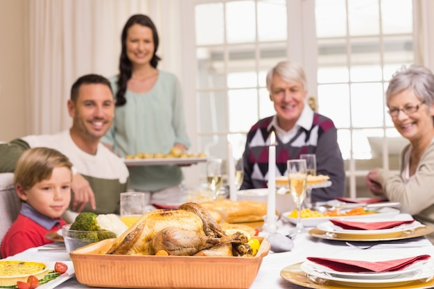 Kobiety mienia bożych narodzeń gość restauracji z rodziną przy łomotanie stołem