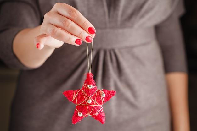 Kobiety mienia bożych narodzeń zabawkarska czerwona piłka
